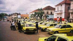 Taxis estacionados em frente ao mercdo da cidade de São Tomé, em São Tomé e Príncipe.