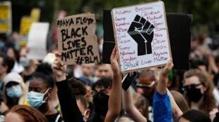 Des manifestants contre le racisme et les violences policières réunis place de la République à Paris, le 13 juin 2020.
