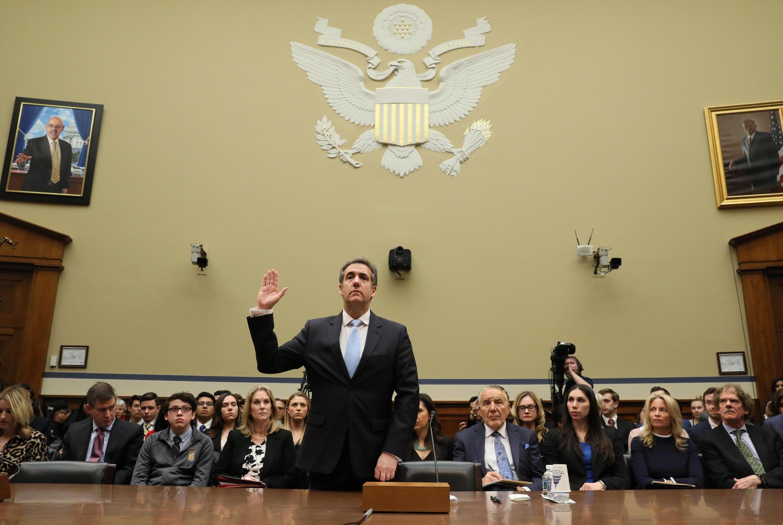 L'ancien avocat de Donald Trump, Michael Cohen prête serment avant son audition devant le Congrès, le 27 février 2019.