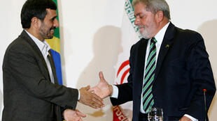 Le président brésilien Luiz Inacio Lula da Silva (D) salue son homologue iranien Mahmoud Ahmadinejad (G)