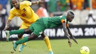 Ethiopia's Adane Girma (L) and Zambia's Chisamba Lungu (R) clash during their CAN group C football match in Nelspruit