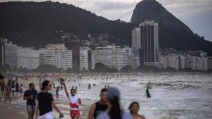 Bañistas son vistos en la playa de Copacabana en medio de la pandemia del coronavirus en Río de Janeiro, Brasil, el 29 de diciembre de 2020