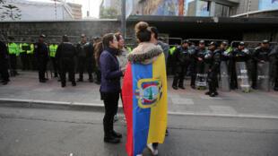 Tres días después de la primera vuelta, los ecuatorianos siguen esperando los resultados delante del Consejo Nacional Electoral.