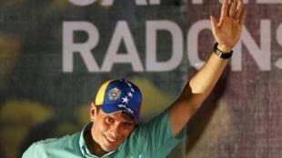 Henrique Capriles Radonski salue ses sympathisans, le 12  février 2012.
