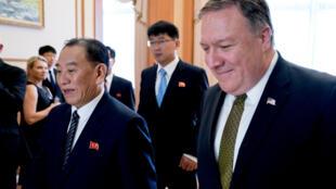 Ngoại trưởng Mỹ Mike Pompeo (P) và ông Kim Yong Chol, quan chức cao cấp Bắc Triều Tiên, tại Nhà Khách Park Hwa, Bình Nhưỡng, Bắc Triều Tiên, ngày 07/07/2018