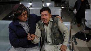 Un Afghan ayant perdu son frère, ici dans un hôpital, après un attentat suicide à Kaboul, le 24 octobre 2020.
