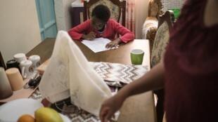 Une écolière kényane travaille chez sa grand-mère pour pouvoir profiter d'internet, son école étant fermée à Nairobi en raison du coronavirus.