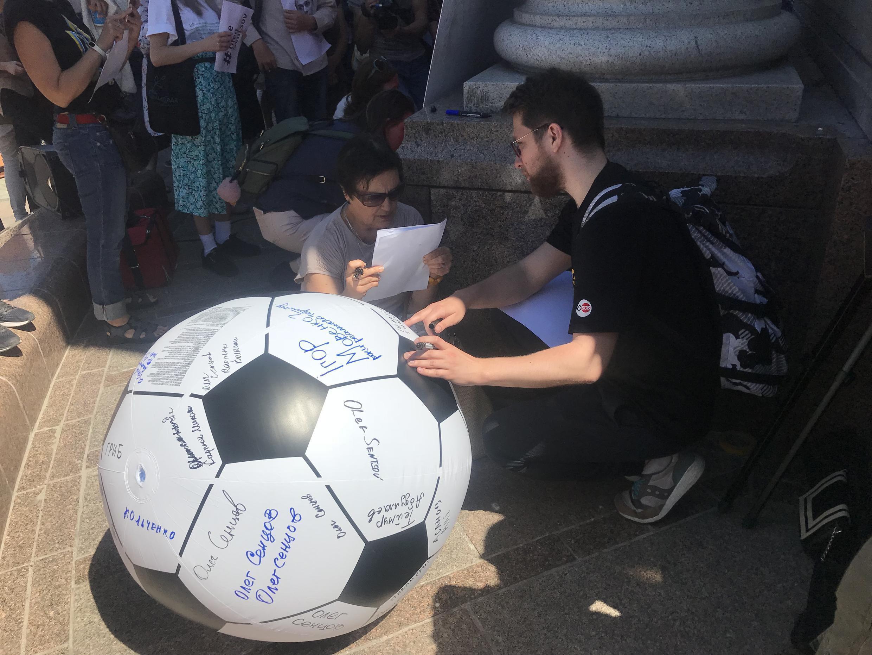 Мяч с именами политзаключенных