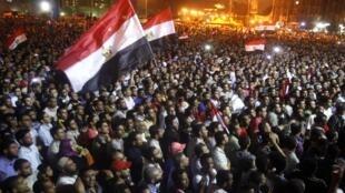 ក្រុមបាតុករនៅទីលានសេរីភាព Tahrir នាំគ្នាស្រែកថា ពួកគេនៅបន្តកាន់កាប់ទីលានលុះត្រាតែក្រុមយោធាប្តូរជំហររបស់ខ្លួន