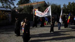 Các linh mục Chính Thống Giáo Rumani tuần hành vận động bỏ phiếu ủng hộ cấm hôn nhân đồng tính tại Draganesti, Rumani ngày 04/10/2018.