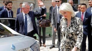 François de Rugy et son épouse Séverine Servat partent après la passation de pouvoirs au ministère de la Transition écologique et solidaire, le 17 juillet 2019.