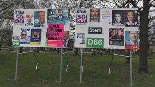 Affiches électorales à Venlo, près de la frontière allemande. 28 partis sont en lice pour ces élections législatives.