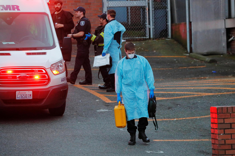 Nhân viên cứu hộ tại thành phố Seattle, Hoa Kỳ, sau khi cấp cứu một bệnh nhân Covid-19 ngày 24/03.
