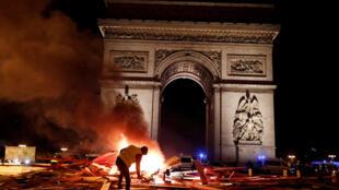 """Un manifestante junto a una de las barricadas hecha por los """"chalecos amarillos"""""""