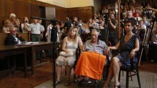 Sandor Kepiro (trên xe lăn) tại phiên tòa ở Budapest, Hungary, 18/07/2011