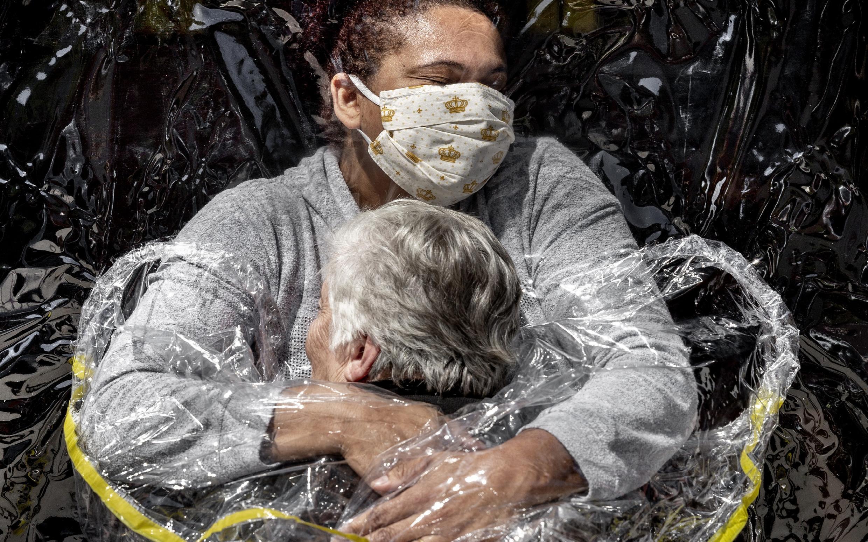 2021-04-16 brazil covid-19 coronavirus mads nissen photography photojournalism world press photo award first embrace sao paulo