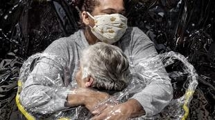 2021-04-16 brazil covid-19 coronavirus mads nissen photography photojournalism world press photo award first embrace sao paulo