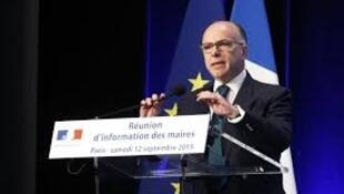 Глава МВД Франции Бернар Казнев выступает на специальном рабочем совещании французских по проблеме миграции. Париж, 12 сентября 2015. мэров