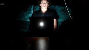 A necessidade de estar constantemente online é um dos principais sintomas da dependência em internet.