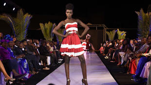 Un modèle présente une création d'Angelique Diedhiou, lors de la 15e édition de la Fashion Week de Dakar, le 13 juin 2015.