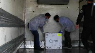 Contrôle d'une cargaison de vaccin russe au poste frontière de Kerem Shalom, à Rafah, dans la bande de Gaza, le 17 février 2021.