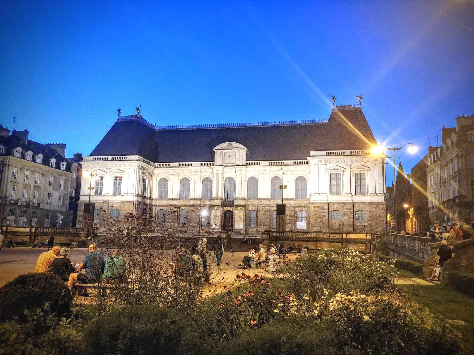 Quang cảnh ban đêm tại quảng trường Nghị Viện vùng Bretagne, Pháp.
