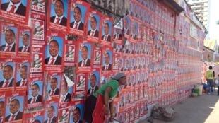Cartazes da Frelimo na Matola, arredores de Maputo