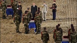 Le 10 novembre 2004, aux Invalides, en France, l'hommage national aux neuf soldats tués dans le camp de Bouaké en Côte d'Ivoire.