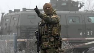 Un agent ukrainien aperçu avant un échange de prisonnier entre l'Ukraine et les rebelles pro-russes à Odradivka, près du checkpoint de Mayorsk.