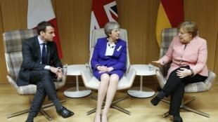 Президент Франции Эмманюэль Макрон, премьер-министр Великобритании Тереза Мэй и канцлер Германии Ангела Меркель на саммите в Брюсселе, 22 марта 2018 г.