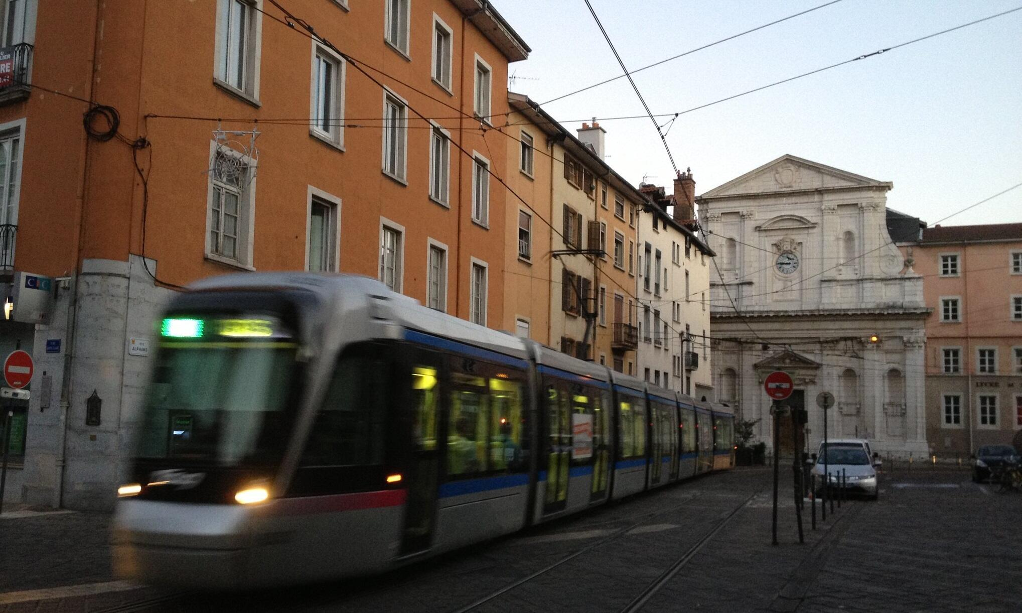Un tranvía circulando en el centro de Grenoble.