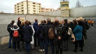 游客在柏林墙遗留部分前观览