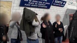 Малолетние карманницы из Румынии на станции парижского метро