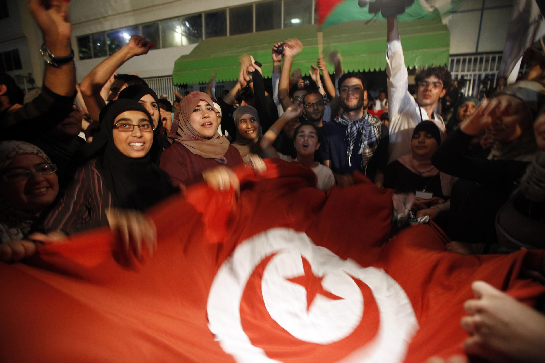 Những người ủng hộ phong trào Hồi giáo Ennahda ăn mừng thắng lợi sau cuộc bầu cử dân chủ đầu tiên tại Tunisia hôm 25/10/2011.