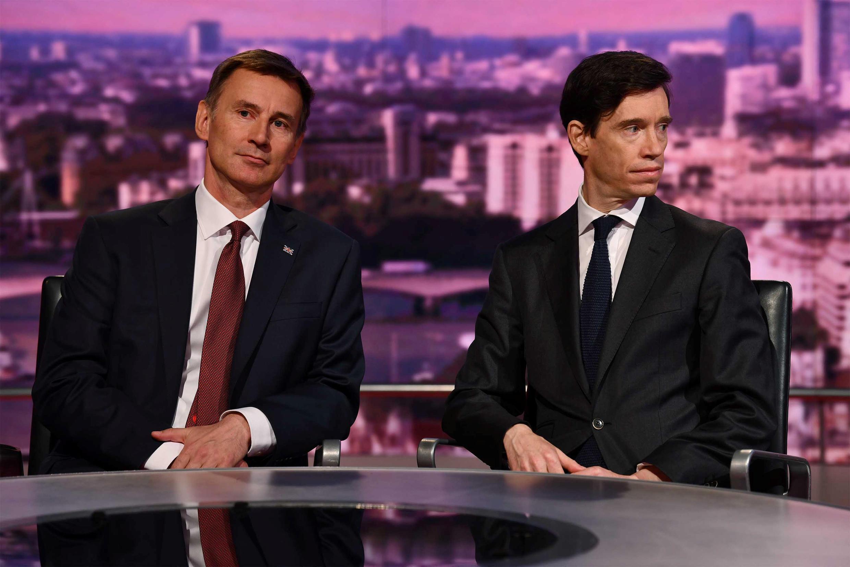Deux candidats à la succession de Theresa May, Jeremy Hunt et Rory Stewart, sur le plateau de la BBC, le 16 juin 2019.