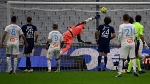 Le gardien de Bordeaux, Benoît Costil, ne peut arrêter le ballon du défenseur de Marseille, Jordan Amavi (non visible), lors du match de Ligue 1 au Vélodrome, le 17 octobre 2020