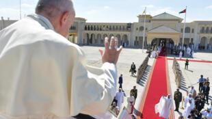 Le pape François au moment de son départ d'Abou Dhabi, le 5 février 2019. Dans l'avion, il a reconnu que des prêtres et des évêques avaient agressé sexuellement des religieuses.