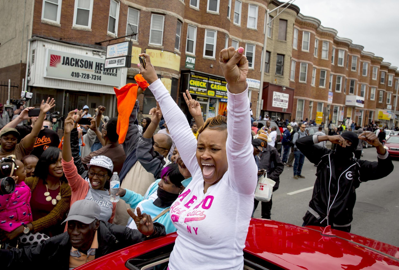 L' inculpation des policiers et la rapidité de la magistrate ont été accueillies avec des cris de joie et des concerts de klaxons. Baltimore, le 1er mai 2015.