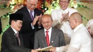 Le chef de l'équipe gouvernementale en charge des négociations, Marvic Leonen (D) et son homologue du FMIL, Mohager Iqbal (G).