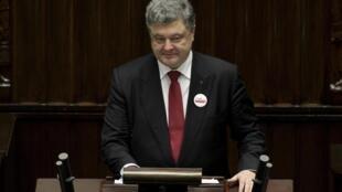 O presidente ucraniano Petro Poroshenko promete retomada das negociações de paz