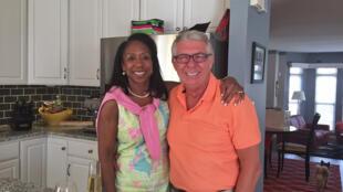 Lori Pemberton, 49 ans, experte financière africaine américaine, prépare son mariage avec Jean-Paul Mazeas, 64 ans, coiffeur américain blanc d'origine française. (Photo : Chez eux dans le Comté de Fairfax, en Virginie)