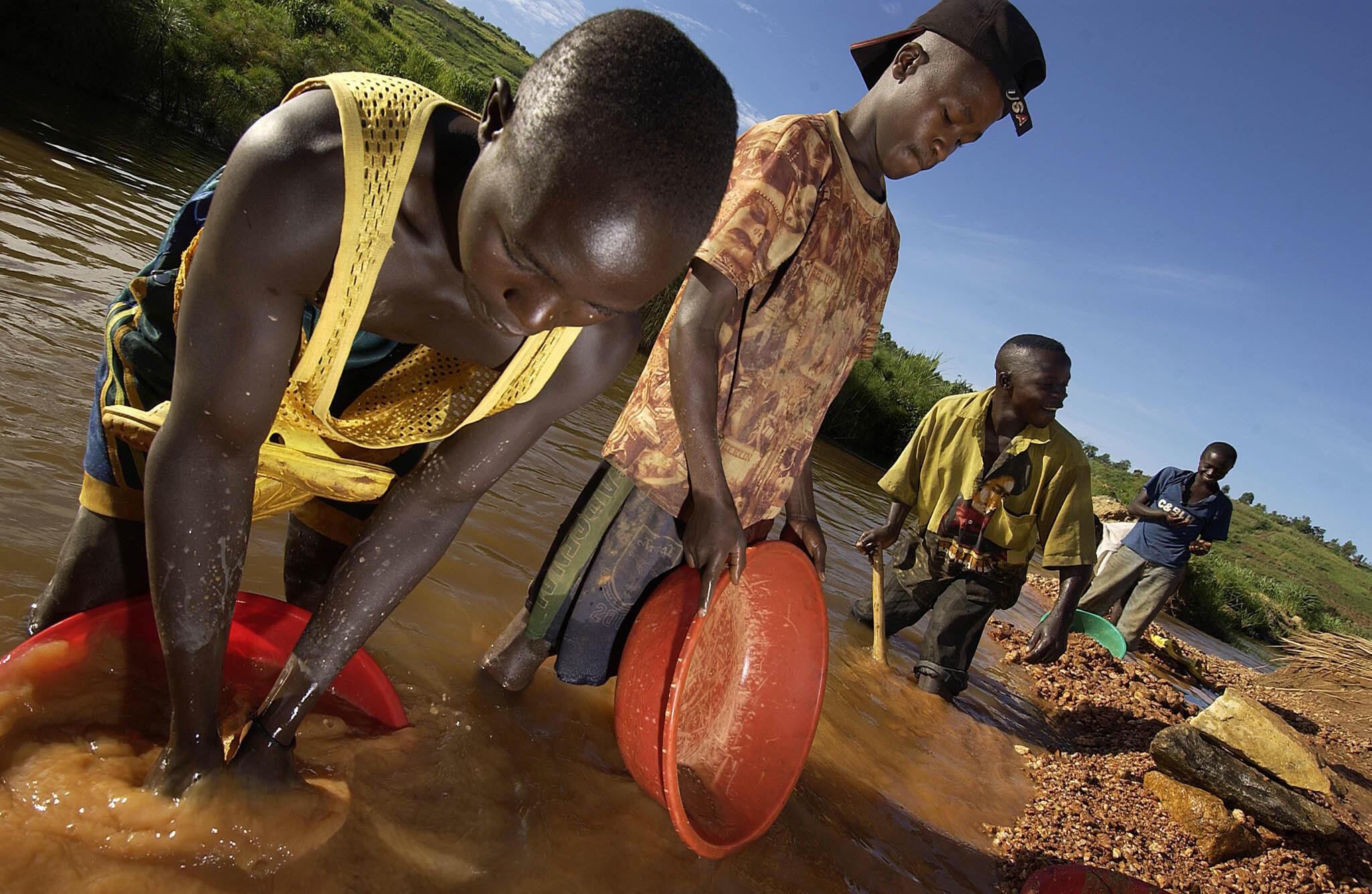 Búsqueda de oro por mineros en el Congo.