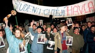 Des jeunes manifestent à Prague le 15 décembre 1989.