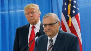 Donald Trump, alors candidat à la présidentielle, aux côtés du shérif du comté Maricopa, Joe Arpaio (d) qui s'adresse à la presse avant un meeting de campagne à Marshalltown, dans l'Iowa, le 26 janvier 2016.