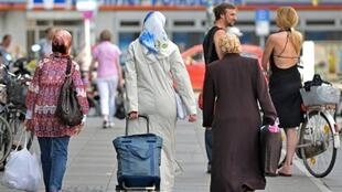 Trois femmes voilées dans une rue de Berlin, le 16 juillet 2009.