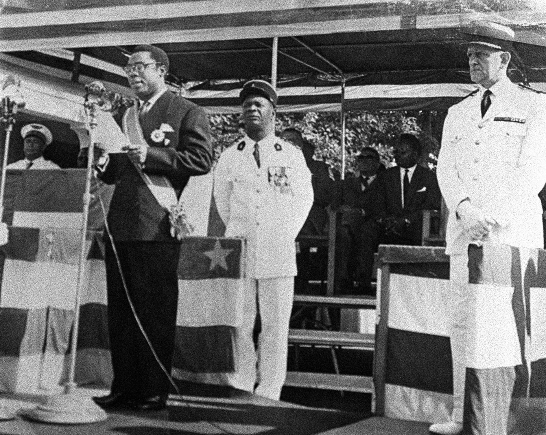 Juillet 1960, année de l'indépendance de la République centrafricaine, David Dacko, président, prononce un discours. Son cousin, le lieutenant Jean-Bedel Bokassa, au second plan sur la photo, est alors attaché militaire à la présidence.