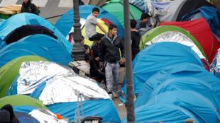 Tendas de migrantes junto metropolitano de Stalingrad, norte de Paris, 28 de outubro de 2016.