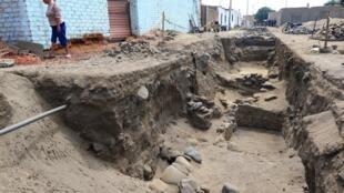 Fouilles archéologiques dans le petit port de Huanchaco, sur la côte Pacifique, en mars 2018: ont notamment été découverts des squelettes d'enfants et de jeunes lamas.