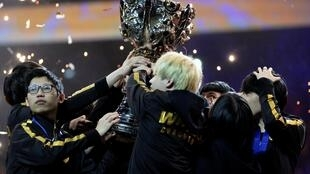 L'équipe chinoise FunPlus Phoenix célèbre sa victoire pour la finale du championnat mondial de League of Legends, le 10 novembre 2019 à l'AccorHotels Arena de Paris.