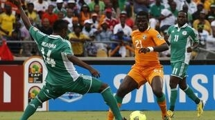 Equipe da Nigéria (uniforme verde) eliminou a favorita Costa do Marfim.